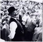 Jaap Rabbi imiteert Kokkadorus tijdens de Bevrijdingsmarkt op het Amstelveld