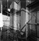 Prins Hendrikkade 76, Sint Nicolaaskerk, detail van gevel met raam