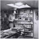 Interieur van de boekenboot van boekhandel Erato