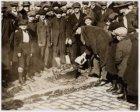Her verbranden van gedesemd brood (Chomers) op het Jonas Daniel Meijerplein