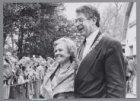 Burgemeester Ed van Thijn en mevrouw Van Duynhoven van boerderij Meerzicht in he…