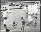Tijdens de Pinksterdagen speelt de jeugd in de vijver met de nieuwe fontein op h…