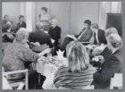 Burgemeester Ed van Thijn bezoekt Buitenveldert en is in gesprek met bewoners va…