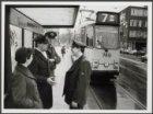 Op de tramhalte Elandsgracht bij de Marnixstraat wachten enkele wagenbegeleiders…