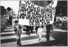Dwaze moeders uit Argentinië (Plaza de Mayo) protesteren middels een stille omga…