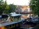 Gedeelte van de Bed & Breakfastboot Volle Maan, Realengracht 9, gezien in zuidwe…