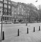Nieuwezijds Voorburgwal 5 (ged.) - 7, de fa. Wyers. Geheel rechts de Nieuwezijds…