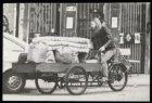 Man vervoert huisraad in een bakfiets vanwege de dreigende ontruiming van de gek…