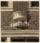 Gevelsteen 'De Delfse Tuynpot' op de oorspronkelijke locatie Uilenburgerstraat 3…