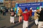 Hare Krishna-volgelingen voor het Centraal Station