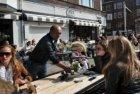 Het terras van café-restaurant Fidelio, Stadionweg 100, op de hoek van de Beetho…