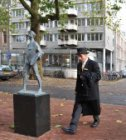 Een portier van het Amstel Hotel passeert het beeld van de jonge Rembrandt van d…