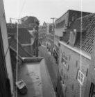 Warmoesstraat 4 - 18 (ged.) v.r.n.l. met vooraan de zijgevel van Nieuwebrugsteeg…