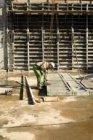 Polderweg. Bouwvakker met bekistingspaneel op de bouwplaats van muziekgebouw Muz…