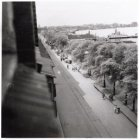 De Ruijterkade in de tweede wereldoorlog gezien in noordwestelijke richting.Op d…