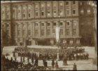 De inhuldiging van koningin Wilhelmina aan de westzijde van de Dam. De aubade