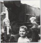 Jongens naast een teerwagen in de Dijkstraat