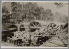 De bouw van Brug 18 over de Herengracht. Links de ingang van de Herenstraat en h…