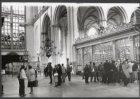 Nieuwezijds Voorburgwal 143, Nieuwe Kerk, interieur met bezoekers die de onlangs…