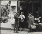 Kalverstraat (?), drie personen bij ingang winkel