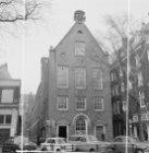 Oudezijds Voorburgwal 272 (ged.) - 276 (ged.) v.r.n.l. met rechts de Sint Pieter…