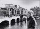 Fanny Blankers-Koen. Bij de Magere Brug. Op de achtergrond Amstel 63-85 en de in…