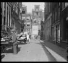 Anjeliersstraat 206 en 214 (achtergrond, v.r.n.l.)