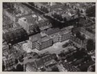Luchtfoto van het Jacob van Lennepkanaal (midden links) en omgeving gezien in no…