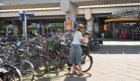 Fietsenrekken bij de hoofdingang van Station Amsterdam RAI aan de Europaboulevar…