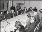 Vergaderzaaltje in het stadhuis tijdens een bespreking van leden van verschillen…