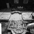 Duivendrechtsekade 50, werf Monumentenzorg, restanten van een geveltop
