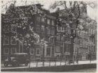 Leidsegracht 47-59 met links de ingang van de Kerkstraat