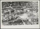 Luchtfoto van Paleis op de Dam en de Nieuwe Kerk. Daarachter het  Hoofdpostkanto…