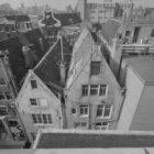 Nieuwendijk 57 (ged.) - 65 (ged.) v.r.n.l., daken en achtergevels op de voorgron…