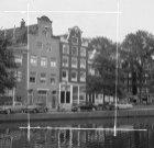 Prinsengracht 296 - 304 (ged.) v.r.n.l. met op nummer 300 De Roode Vos. Rechts E…