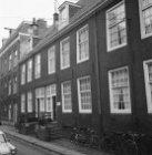 Tweede Weteringdwarsstraat 66 (ged.) - 72 (ged.) v.r.n.l., gevels. Op nummer 68 …