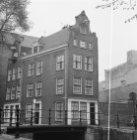 Dijkstraat 48, voor- en zijgevel. Links daarvan Krom Boomssloot 36. Op de voorgr…