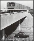 Het proefrijden van een metrotrein op het viaduct van de Hulpweg Gooiseweg