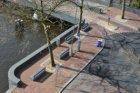 Hardstenen banken op de Huddekade met uitzicht over de Singelgracht, gezien vanu…