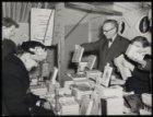 Dam 1, boekenmarkt in De Bijenkorf. De man met de vlinderdas is Jelle Troelstra,…