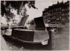 Een werkboot van de gemeentetram in de Singelgracht bij de bruggen tussen het Na…