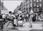 Albert Cuypstraat hoek Eerste Sweelinckstraat. Optreden van bands in het kader v…