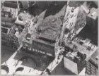 Luchtfoto van de ontruiming van te slopen huizen rond de speelplaats aan de Lang…