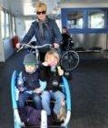 Kinderen in een bakfiets op het IJveer van de Buiksloterweg naar het Centraal St…