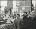 Damrak 69-76. Publieke belangstelling op het Damrak bij het bouwterrein van de C…