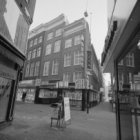 Kalverstraat 119 -123 hoek Taksteeg met het carillon van Margaret Kropholler gez…