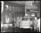 Kalverstraat 94 - 96 v.r.n.l., de politie haalt na een roofoverval de caissière …