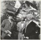 Karel Appel (1921-2006), kunstschilder en beeldhouwer vóór een kunstwerk