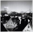 De achterzijde van huizen aan de Nieuwendijk vanaf gebouw De Arbeiderspers