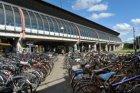 De achteringang van Station Amsterdam RAI op de Europaboulevard met op straat ge…